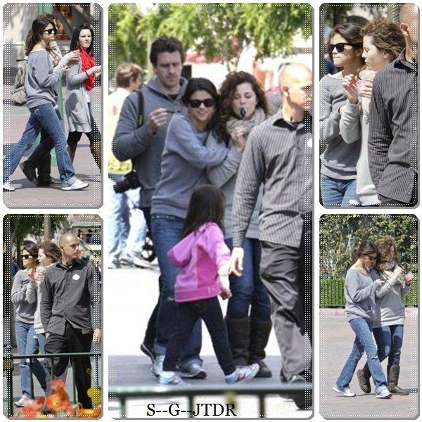 9/04: SELENA ETAIT A DISNEYLAND EN CALIFORNIE EN COMPAGNIE DE SA FAMILLE ET UNE AMIE
