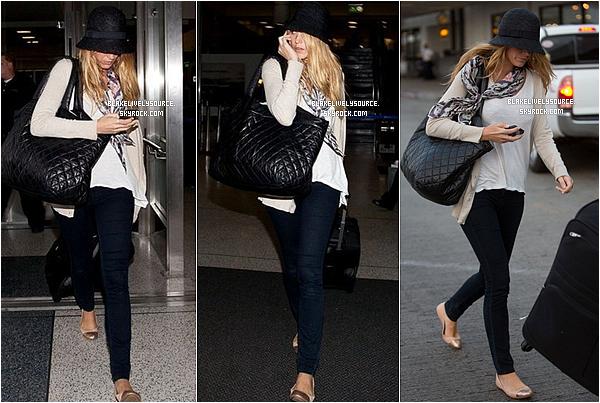 . 22 juillet 2012 - Blake Lively et Ryan Reynolds étaient à Los Angeles à LAX Airport .