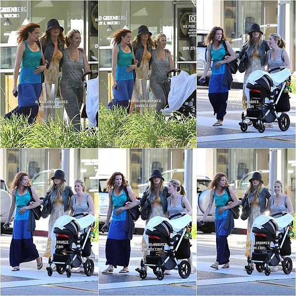 . 24 juillet 2012 - Blake se promenait avec ses soeurs dans les ruesensoleillé de Berverly Hills .