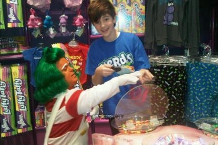 Le 01.11 Nouvelle photo de Greyson en compagnie deslesOompa Loompa pour Halloween     .