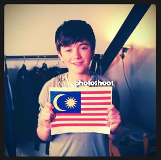 07/11| Greyson était en Malaisie et a prit une jolie photo avec leur drapeau !