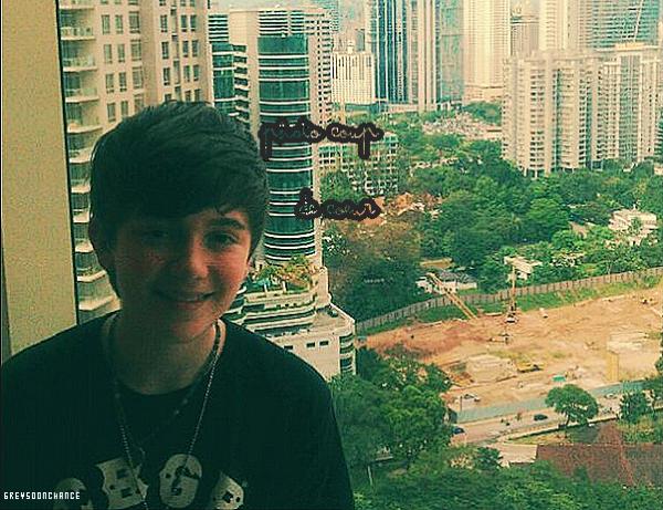09/11| Greyson poste une nouvelle photo de lui sur le bord de son hôtel !