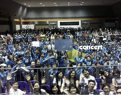 11/11| Greyson a donné un concert dans une école en Malaisie
