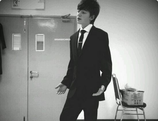 12/11| Greyson avec son beau costume allait monter sur un tapis bleu#AIM