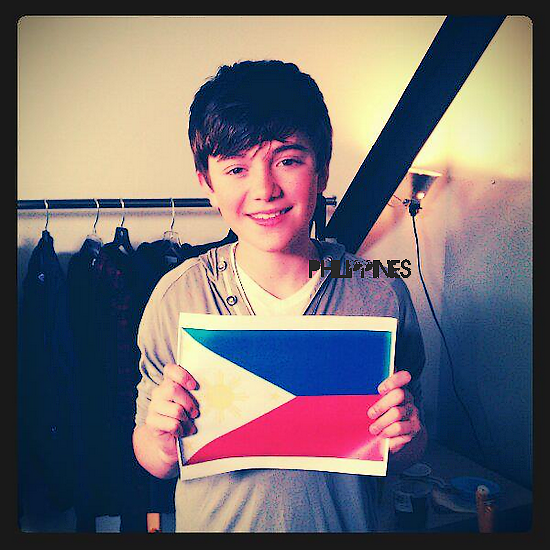 "18/11| Greyson est en Philippines !  18/11| Nouvelle photo du tournage de ""Hold On 'Til The Night"""