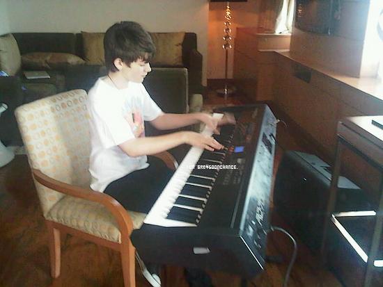 19/11| La dernière photo du tournage nous annonces Greyson, le piano en arbre vous aimez ? 19/11| En pleine répétition dans son hôtel à Manille !