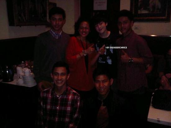 23/11/2011 | Greyson en photo avec un groupe de musique !