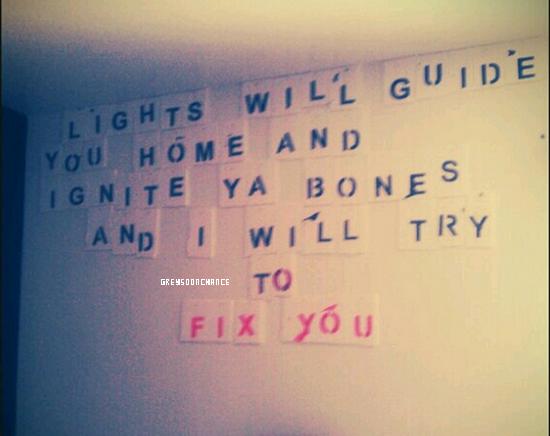 28/11/2011| Je vous présentes la chambre de notre Greyson, il a décidé de coller les lettres du refrain de sapréféréechanson de Coldplay