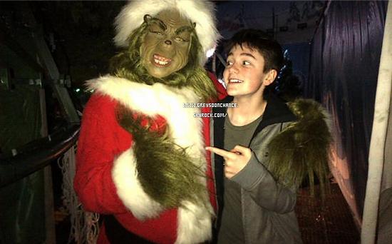 11/12/2011| Photo prise en coulisse, avec un Père Noel.. hors du commun ! j'aime la tête de Greyson !