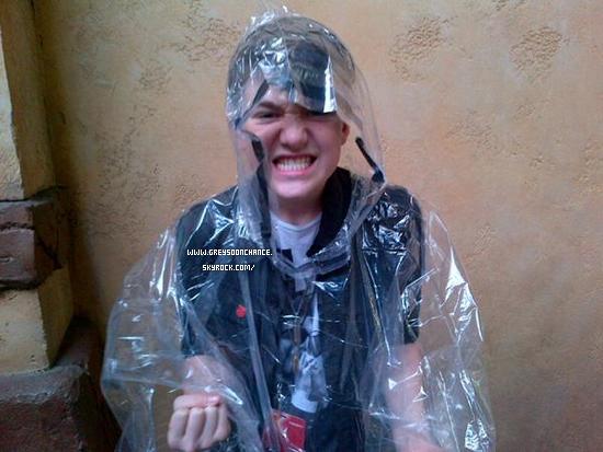 17/12/2011| Greyson Chance avec son manteauimperméable je crois qu'il veux nous montrer ses belles dents !