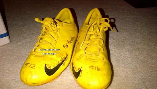 19/12/2011| Les anciennes chaussures de foot de Greyson (photo1) 18/12/2011| Nouveau T-shirt, tu aimes bien ? (photo2)
