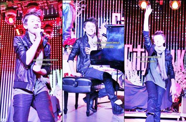 19.12.2011: Greyson Chance à performé àRock the Red Kettle à 1.48, vousentendrez, il parlera de Greyson !   -VISIONNER-