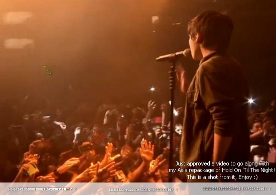 - 30.12.2011: Autres photo Greyson Chance en pleins concert ! on le voit de dos donc.. il est quand même beau x) -
