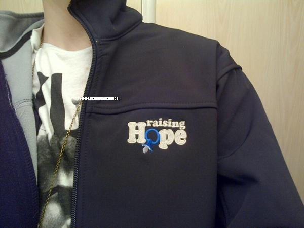 - 9/01/2012: Nouveau t-shirt à 22,50$ + Une vidéo de Greyson à Singapore en 2011 ici ! 10/01/2012: Greyson à eu aussi un cadeau qu'il a eu par Raising Hope. je le trouve plus beau que tout les autres pas toi? -