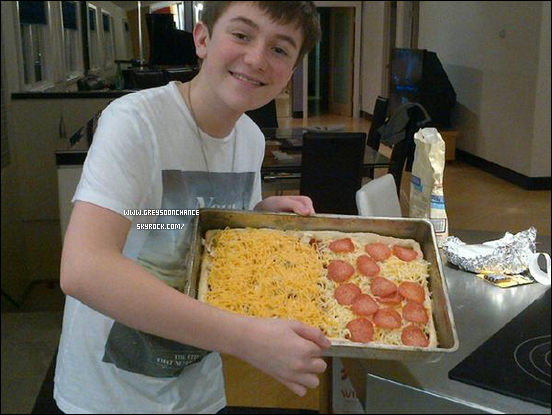 17.01.2012: Greyson Chance est une gros gros gourmand,miam ! Il est beau, mais il fait un truc bizarre avec sa bouge :o?