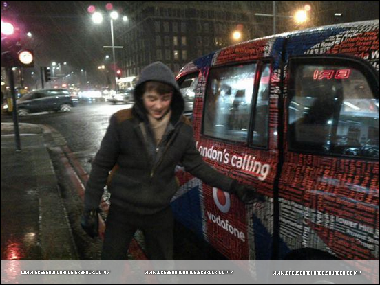 04/02/2012- Greyson Chance toujours à Londres, à côté d'une belle voiture il saluait les cabines rouges dans les rues.