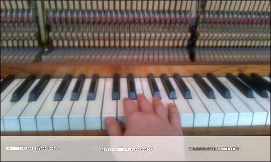 06/02/2012- Une photo d'un vieux piano avec Greyson Chance il s'amuse à faire des petites notes