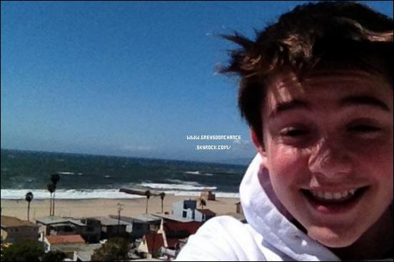 -18/03/2012- Greyson Chance en direct de la plage, il est tout souriant. Le soleil est au rendez-vous, il est heureux ça fait plaisir ! -