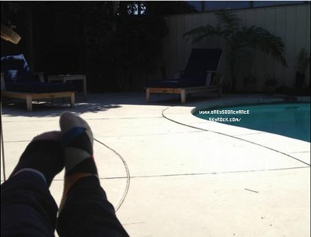 _ 22/03/2012- Au bord d'une piscine.. tranquille celui-ci non ? _