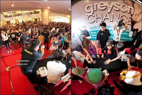 - Le 17.04.2012 - Greyson Chance était de nouveau en Malaysia pour de nouveaux concerts. Et voici, de nouvelles photos qui sont très bien prise avec un effet d'optique : fisheyes je crois. Cela vous plaît ? -