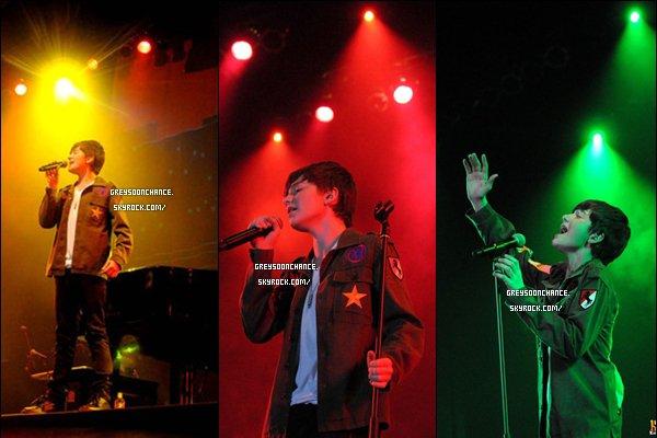 - 22.04.2012 Greyson Chance donnant un concert à Manila en Asia  sa chemise est originale TOP et oui c'était vendredi que c'est passé se fabuleux concert très coloré d'après moi, avec du rouge, du orange/jaune , du vert et enfin du bleu.. De très belles couleurs, au niveau de sa tenue j'aime beaucoup donc un top. -