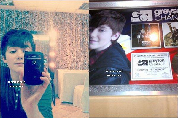 - 23/04/2012 : Greyson a posté de nouvelles photos sur son compte Twitter, avec son Black Berry noir. -