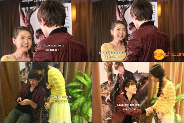 - 23/04/2012 : Après avoir fait ses concerts auPhilippines, Greyson est allé rencontrer Barbie Forteza. -