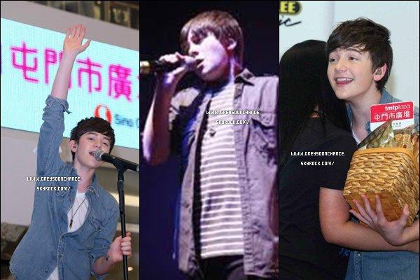 - 29/04/2012 : Greyson a fait un concert à HK, il a goûter aux traditions puis des photos avec des fans. -