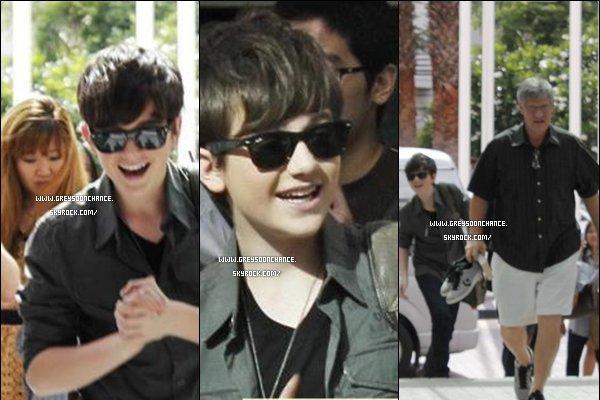 - 08/05/2012 : Greyson s'est rendu surNine Entertainment TV, la suite des photos en 2e article. -