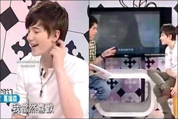 """- 11/05/2012 : Greyson s'est rendu sur """"Fun Music """" un plateau télé drôle situé à Taipei à Taiwan. -"""