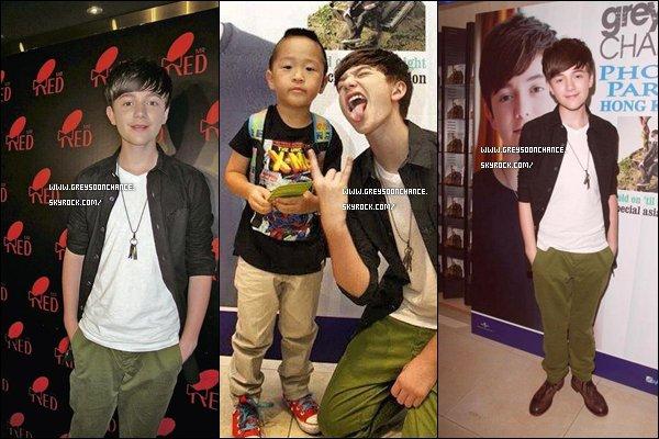 - 04/07/2012 : Greyson Chance se rendu à Hong Kong en Chine entouré de fans où il était très proche. -