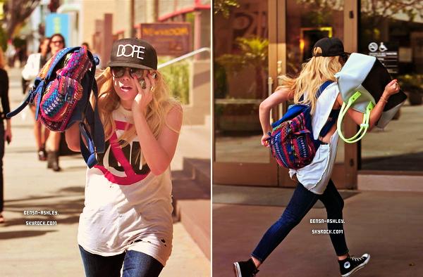 25/04 : Ashley accompagnée de son amie Haley Pharo faisaient les fashionistas faisaient du shopping