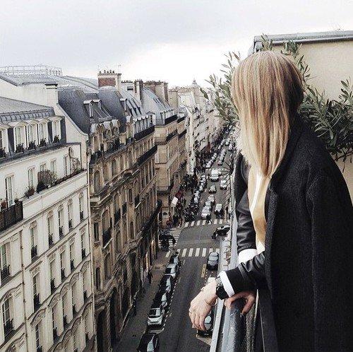Le chancellement des coeurs rêveurs, les lumières grises de la ville, le parfum des mémoires