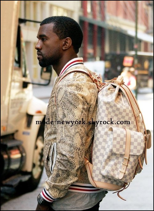 Kanye West [sac à dos Louis Vuitton]