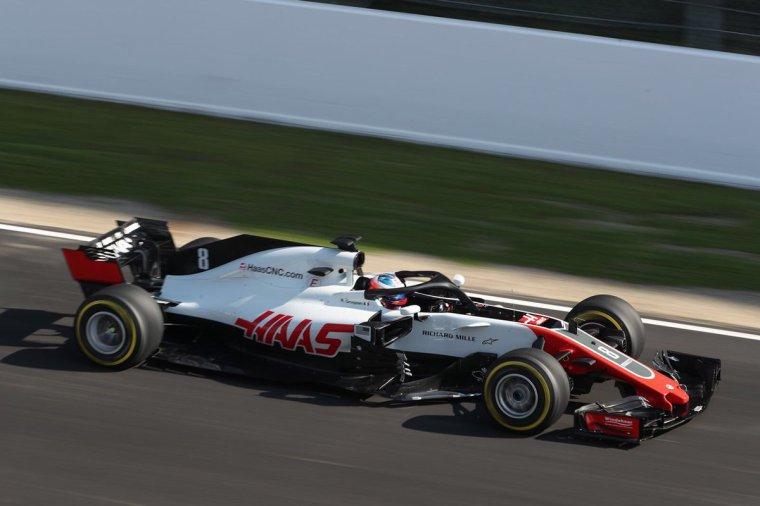 La Haas VF-18 et l'Alfa Romeo Sauber C37 en piste à Barcelone