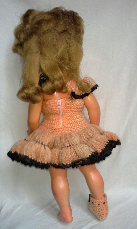 Au hasard des brocantes et vide greniers...En robe crochetée..!!!