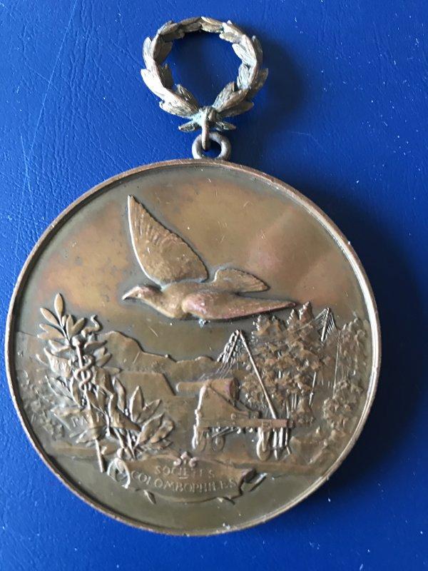 Une médaille retrouvé dans un appartement parisien.