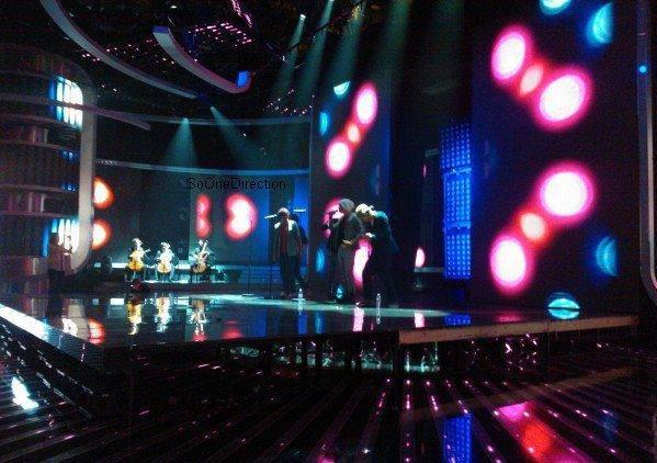 13/11/11: Les garçons à X Factor UK, + les news de la journée.