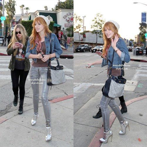 Bella et Kylie Jenner dans un restaurant de Beverly Hills le 21 décembre 2012
