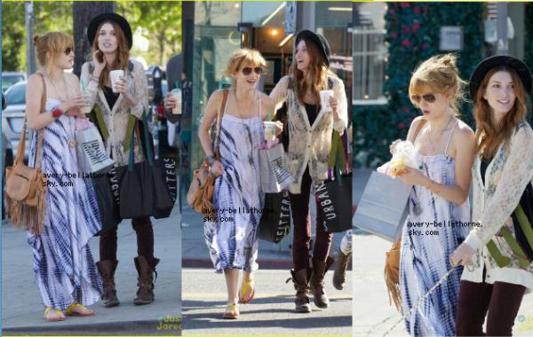 7/03/13. Bella a l'ouverture d'une boutique de Joe Fresh avec sa soeur Kaili