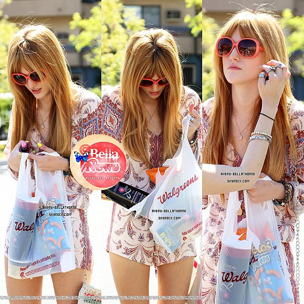 Bella et sa soeur Dani dans un magasin le 25 avril 2013.