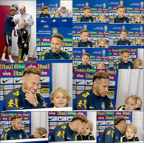 15 Novembre 2018: ▬Neymar s'est présenté devant les journalistes pour la traditionnelle conférence de presse. Le capitaine de la Seleçao en compagnie de son fils, Davi L. répondait donc aux questions des journalistes avant le match Bresil - Uruguay.
