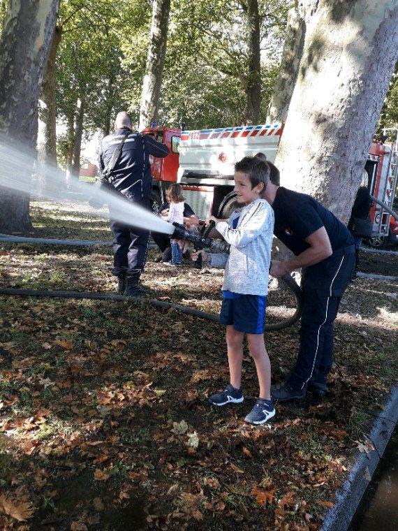 Pendant que Hugo est à l'accrobranche et papa au volley, Nicolas et maman rendent visite aux pompiers