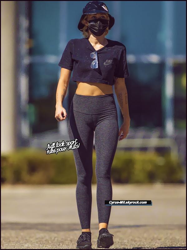 - 12.10.2020 ✪  Miley R. Cyrus, a été vue quittant le Erewhon Market à Calabasas (CA).  -
