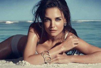 Katie Holmes topless pour une marque de bijoux