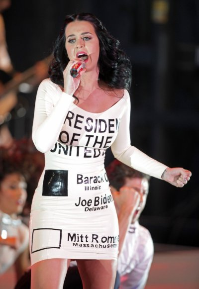 Katy Perry soutient Obama avec sa robe bulletin de vote