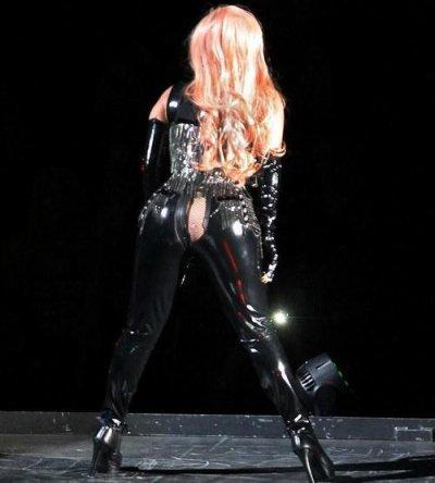 Lady Gaga craque son pantalon en concert et dévoile ses fesses