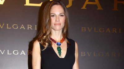 Hilary Swank victime d'un vol à l'arrachée à Paris !