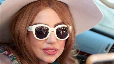 Lady Gaga est en fauteuil roulant