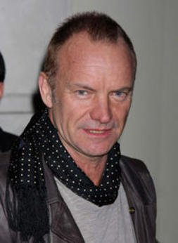 Sting s'invite dans un karaoké (et déchire tout)